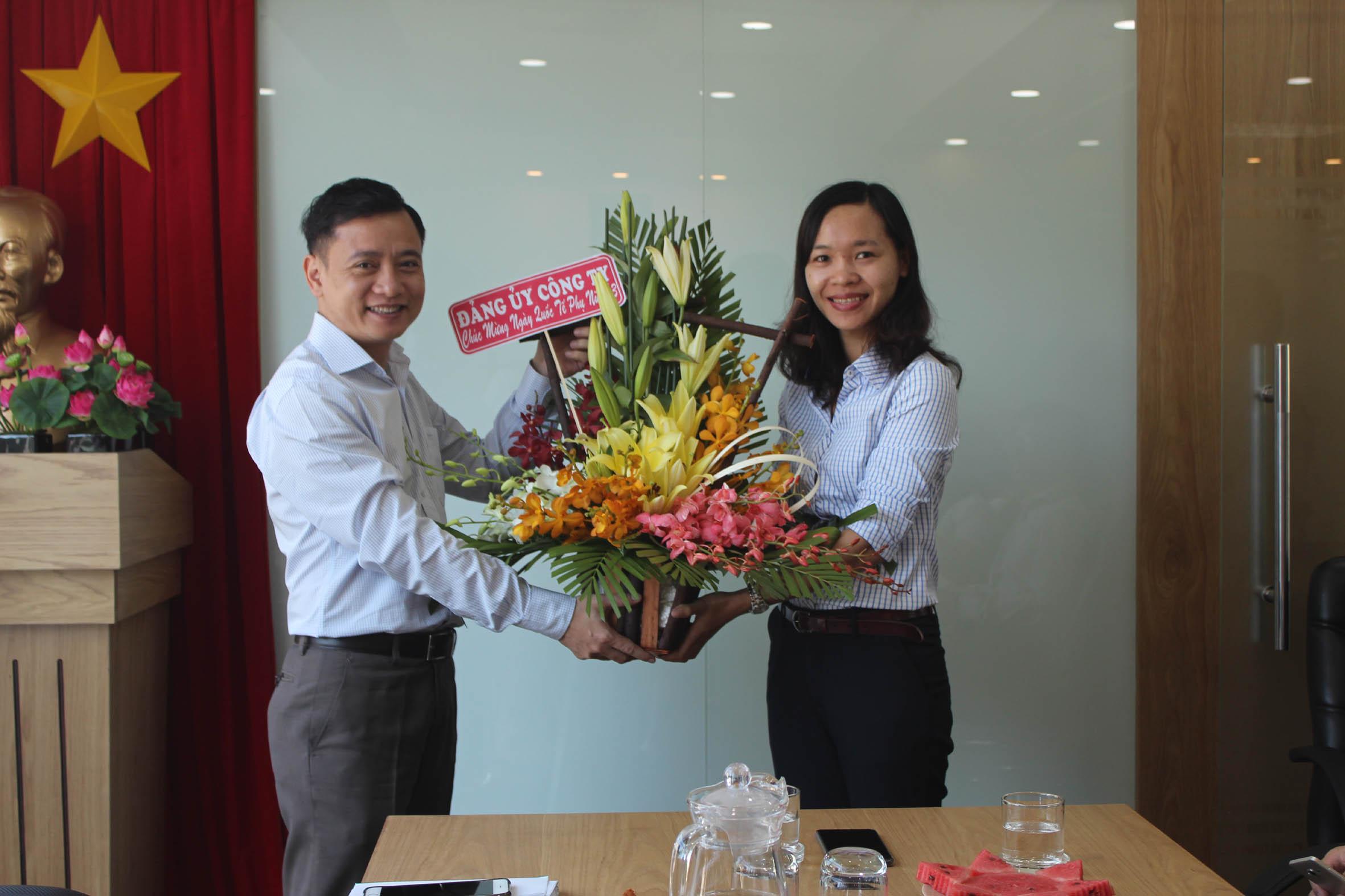 Buổi tham quan với rất nhiều ý nghĩa kèm lời chúc mừng đã để lại nhiều ấn tượng không quên, tạo được không khí vui vẻ cho chị em trong công ty ...